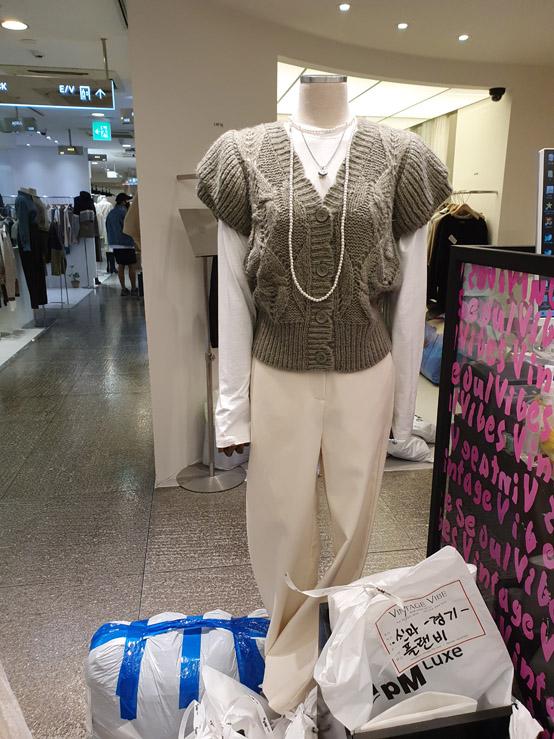 Vintage vibe-- 女士V領系扣扭花背心不含其它